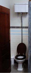 wc avec une chasse d'eau à l'ancienne