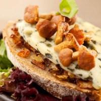 RECETTE : Croque pissaladière aux girolles et Fourme d'Ambert