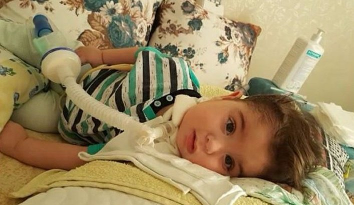 SMA hastası çocuk hasta yatağında