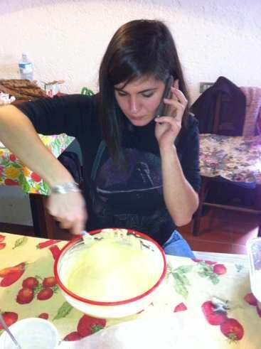 Donna multitasking che fa il tiramisù al posto dei panini