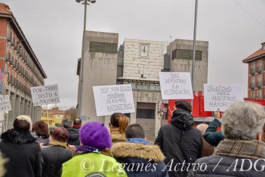 Pancartas en la manifestación por mas geriatras en las residencias de mayores de Leganés