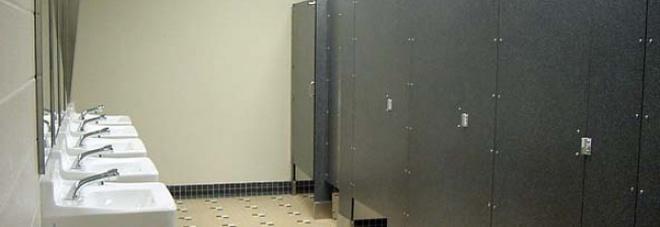 Sesso a tre e feticisti piedi A Le Iene le coppie dei bagni pubblici