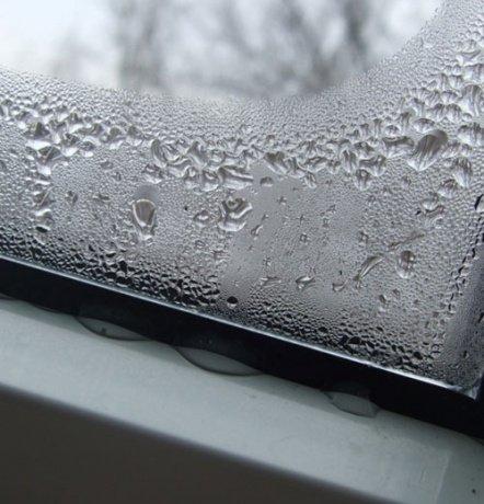 Condensat pe fereastra din plastic