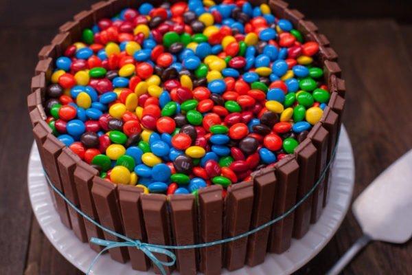 M & M ve Kitkat ile pasta