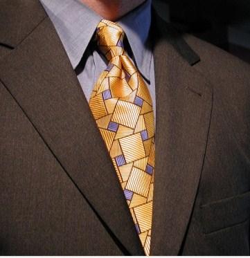 Imposante, la cravate du Directeur...