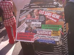 """Un """"roman photo"""" collage sur le dos d'une manifestante."""