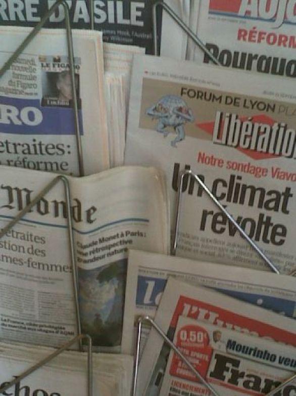 Présentoire de journaux : retraites et révoltes