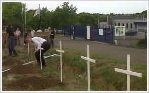 Representations symboliques des effets à long terme des PCB plantées devant le siège de l'usine incriminée