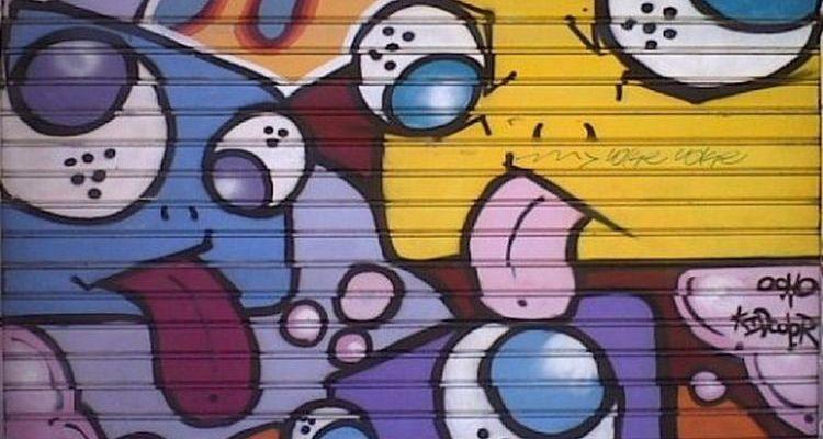 Un grafitti sur le rideau de fer d'un commerçant