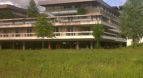Le Centre Hospitalier du Haut-Anjou sur les bords de la rivière la Mayenne à Château-Gontier