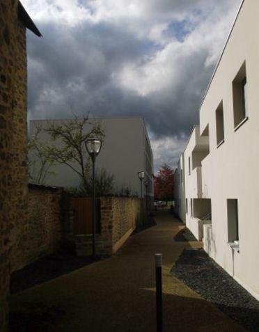 La rue qui mène au centre de santé - (c) Photo leglob-journal