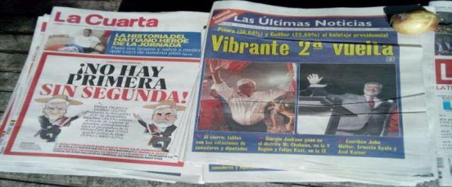 Des Unes de journaux vendus à même le sol - (c) Photo leglob-journal