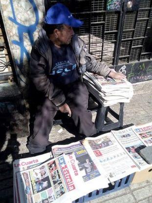 Un vendeur de journaux sur la place Escudor de Valparaiso - (c) Photo leglob-journal