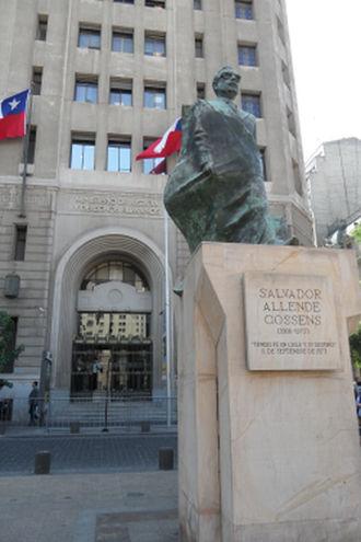 Palacio de La Moneda et devant la statue de Salvador Allende.