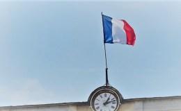 le drapeau sur l'hôtel de ville de Laval