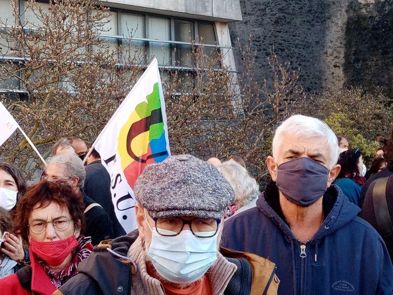 Des visages graves dans la foule
