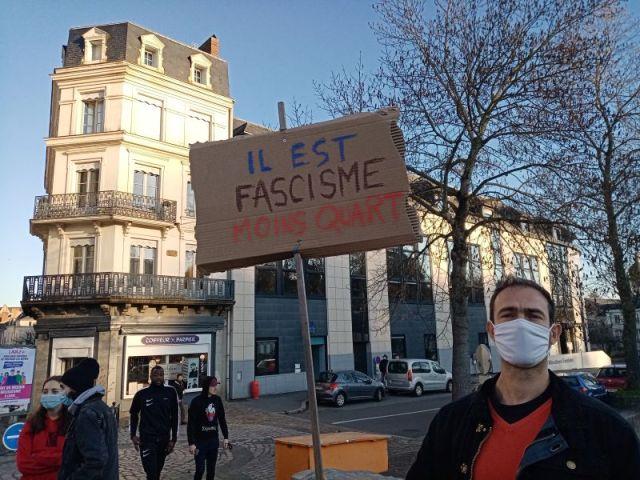 Un slogan vu dans le défilé des manifestants à Laval