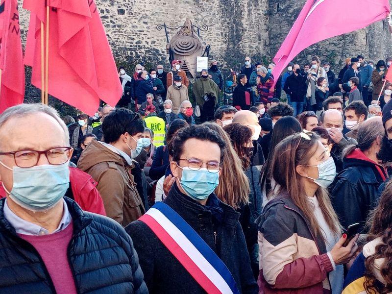 Un élu avec écharpe tricolore dans la foule