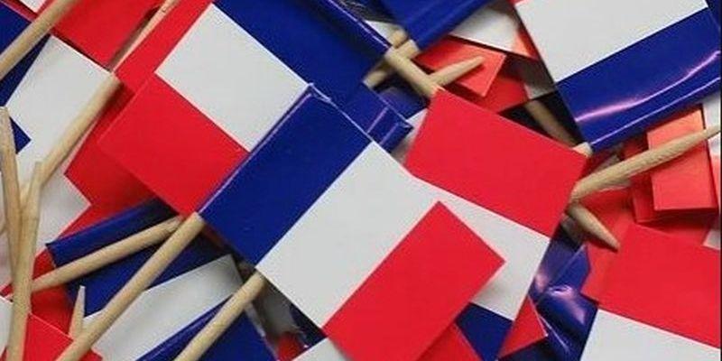 Une multitude de drapeaux français...