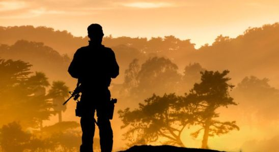 Un soldat regardant l'Afrique