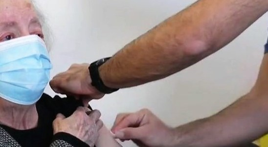 Une personne âgée se fait vacciner