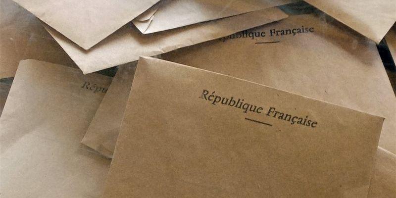 Les bulletins de vote dans l'urne