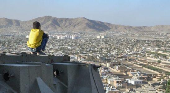 Un jeune garçon contemple Kaboul depuis un char détruit, 2012