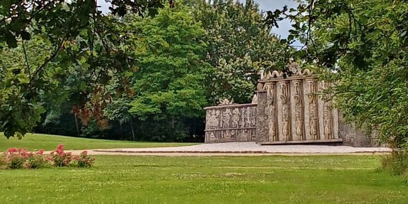 La porte des géants au Musée Robert Tatin en Mayenne