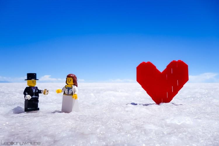 白い大地のウユニ塩湖でのレゴ・ウェディング写真