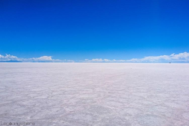 青い空と白い大地のウユニ塩湖