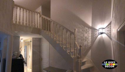 peinture en deux couches d'une cage d'escalier en forme de cathédrale.