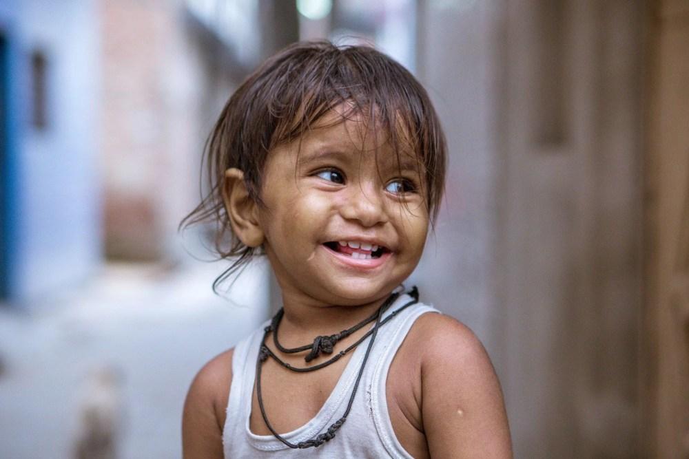 Enfant pauvre rigolant, représentant une des pensées du jour qui est une phrase d'Arouna Lipschitz.