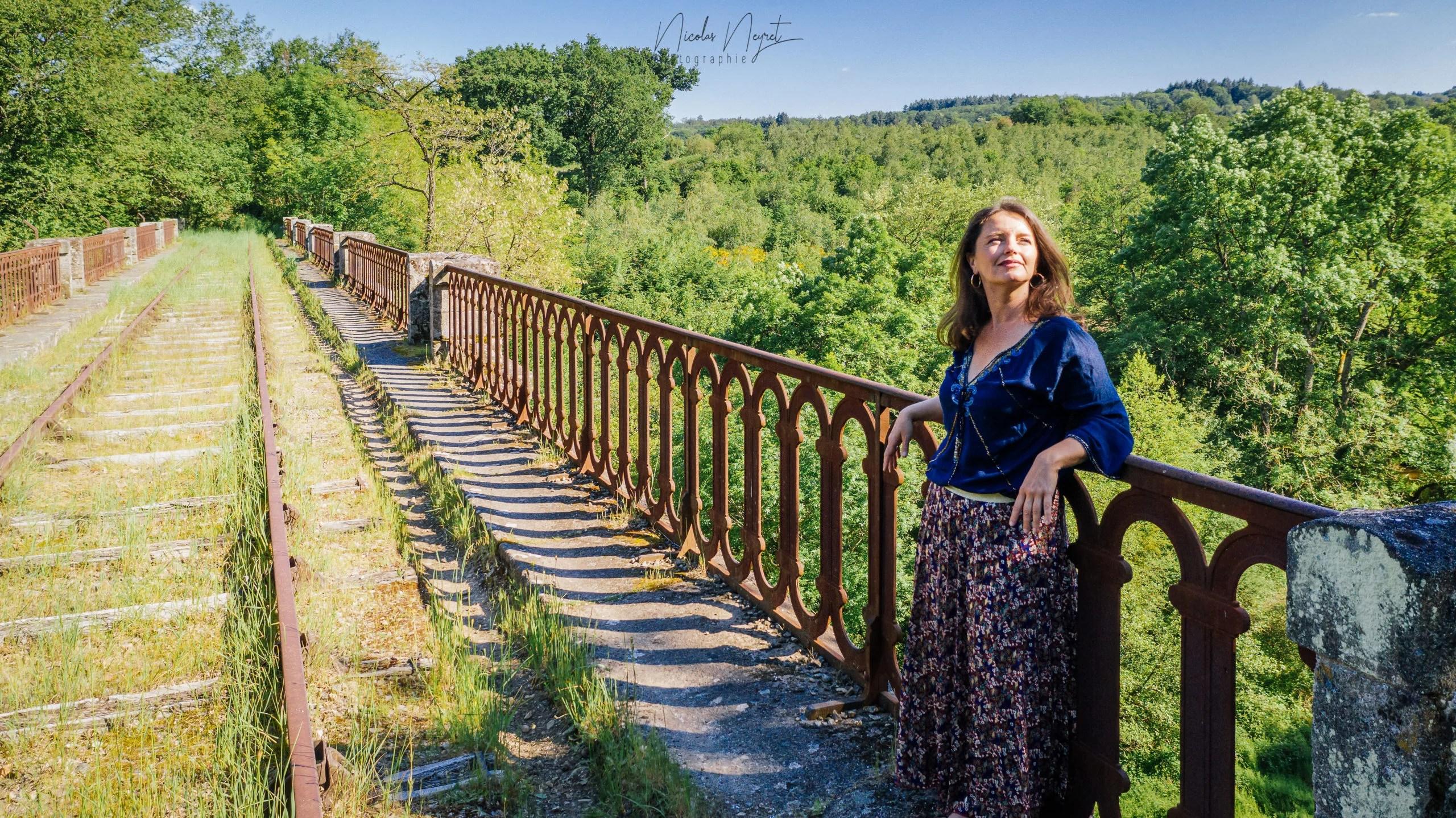"""Marie Rouyat, psychothérapeute et naturopathe à Saint-Pierre-des-Corps. Posant sur un pont avec forêt dans le fond. Image mis sur la page """"Qui suis-je ?""""."""