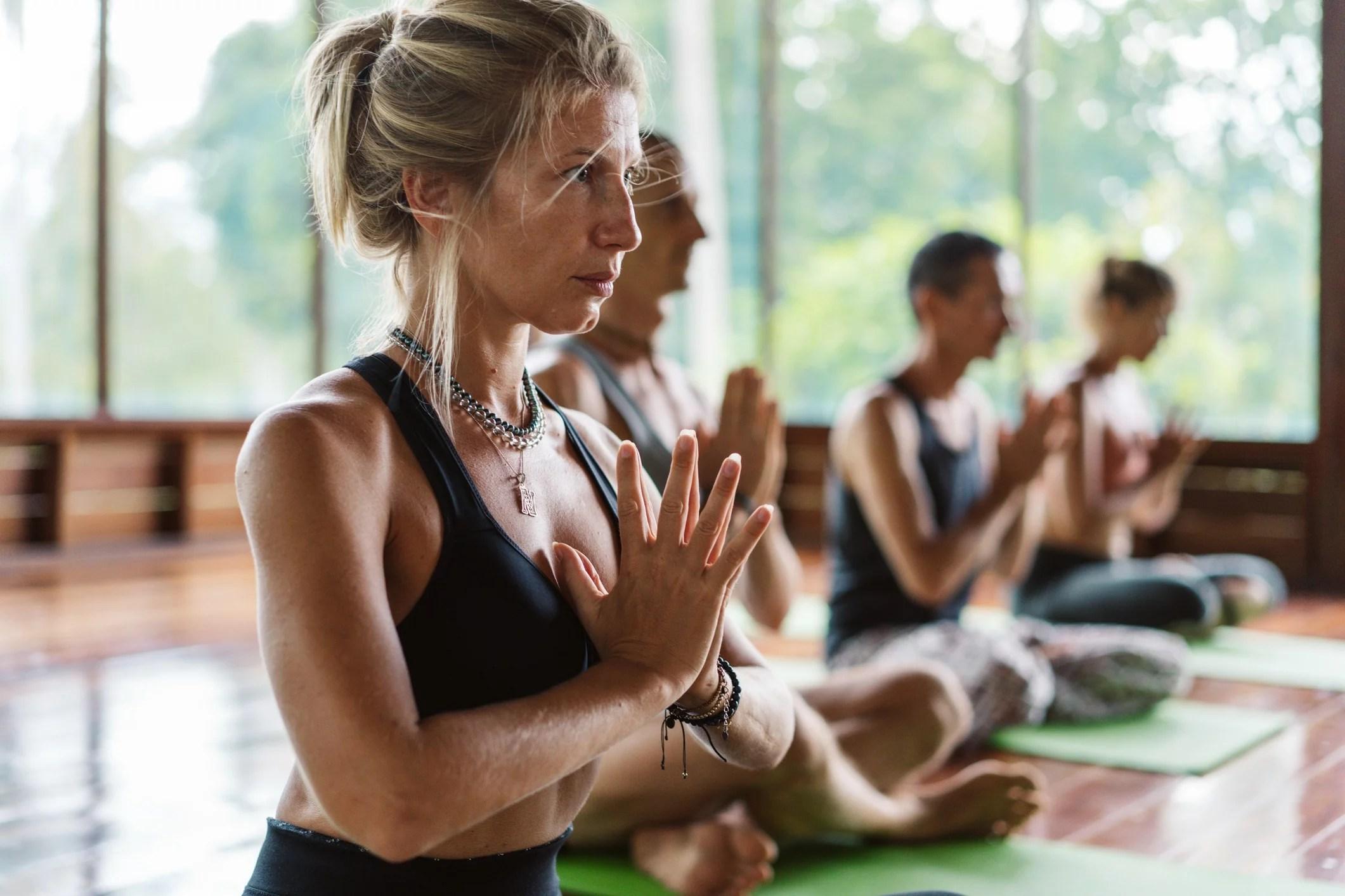Femme faisant du yoga en groupe. Séjour nature & Joy proposé par Le Goût des Cerises.