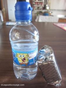 Une bouteille d'eau et des gâteaux