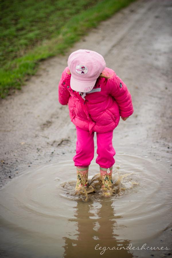 sauter dans les flaques de boue