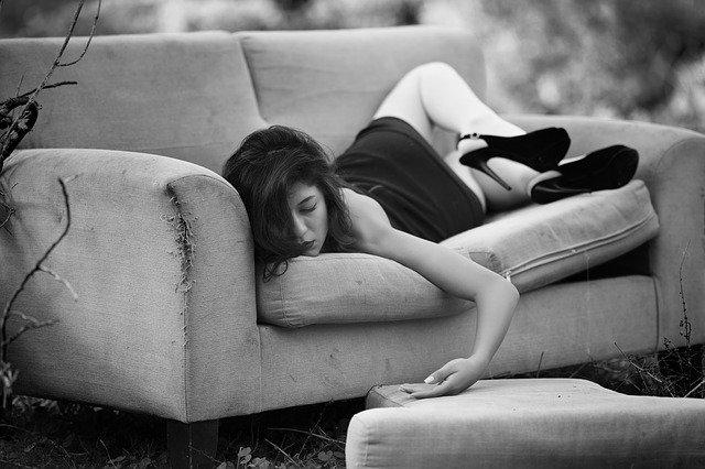 Почему нельзя спать на животе и вредно ли это? Около трети жизни каждый из нас проводит во сне. Во время сна наш организм отдыхает, восстанавливается, набирается сил для будущего периода бодрствования – без полноценного отдыха он не сможет функционировать на все 100%. Однако уже давно подмечено, что на состояние здоровья человека оказывает влияние не только продолжительность и регулярность сна, но и поза, в которой мы спим. Кто-то любит спать на боку, кто-то – на спине, а некоторые предпочитают спать на животе. Большинство врачей утверждают, что сон на животе может навредить здоровью человека. В данной статье мы вместе попробуем разобраться: почему нельзя спать на животе, чем это может быть опасно, можно ли спать на животе беременной, новорожденному ребенку, женщине после родов и т.д. Психологический аспект – кто любит засыпать на животе? Контролировать положение тела во время сна практически невозможно. Даже просто перевернуться – это значит, кратковременно проснуться и снова заснуть (за время сна человек может менять положение тела до 25 раз). Но вот любимая поза засыпания может много рассказать о привычках человека, его характере и образе жизни: Засыпающий в позе «зародыша» (на боку, согнув руки, колени тянутся к подбородку) трудно перестраивается под изменившиеся условия, не любит менять линию поведения, нуждается в точке опоры, поддержке. Спящий на спине – прямолинейный человек, любящий добиваться всего самостоятельно, обладающий лидерскими качествами, волевой, упрямый, независимый. Сон на боку с выпрямленными ногами – признак открытости, общительности, человек ни от кого не закрывается в защитной позе, умеет слушать других. Люди, которые предпочитают засыпать на животе – обычно замкнутые, любящие контролировать окружающее пространство. Они не лезут в чужую жизнь, но и в свою никого не пускают. Частая смена позы во время сна – признак нервного напряжения и психологического дискомфорта. Сознание даже в период отдыха пытается искать выход из сложной ситуации, пол