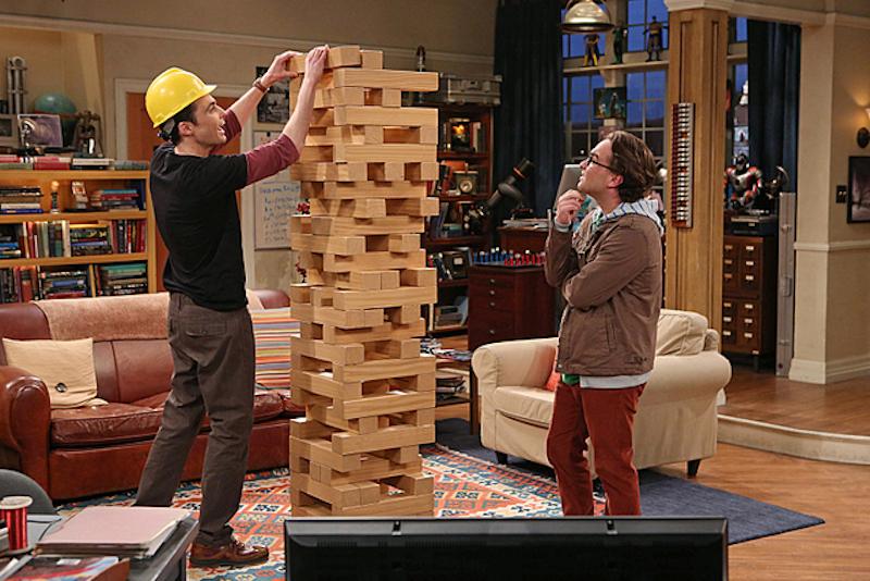 """Sheldon et Léonard construisent une tour avec un Jenga géant """"The Big Bang Theory"""""""