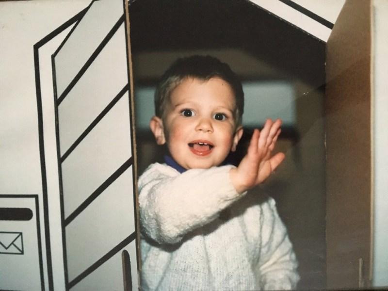 Jérôme à 3ans dans sa maison en carton