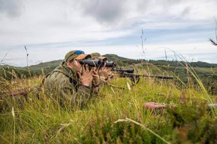 Leica-Hunting-Blog_Niall-Rowantree_Geovids-and-rifle_Credit-Tweed-Media-klein