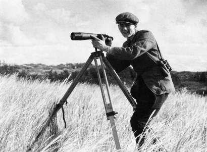 Heinz Sielmann als 20-Jähriger bei der Vogelbeobachtung im damaligen Ostpreußen mit einem alten Leitz 8×30