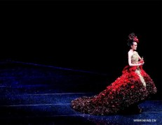Haute-Couture-Guo-Pei's-Legend-Of-The-Dragon-Show-pic1