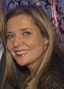 Das Bild zeigt das Gesicht der Autorin Alexandra Lüthen. Sie lächelt und hat lange blonde Haare.
