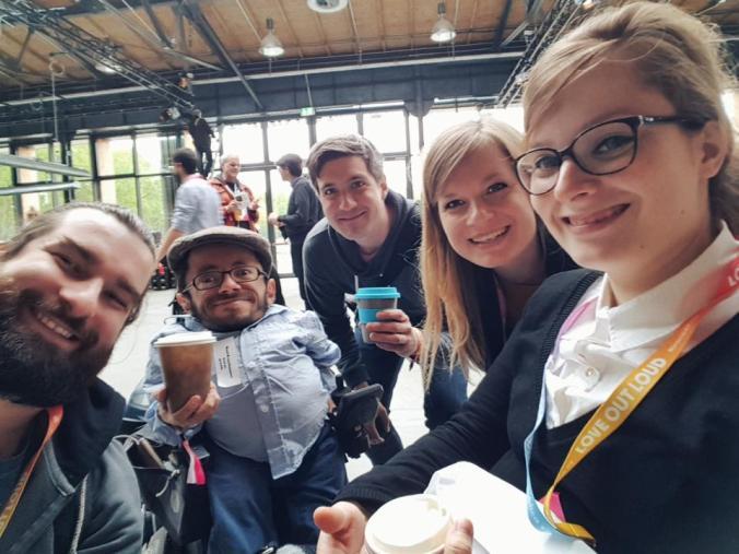 Das Team macht ein Selfie auf der Republica: Andi, Raul, Ory, Lili und Judyta stecken ihre Köpfe zusammen und lachen frontal in die Kamera.