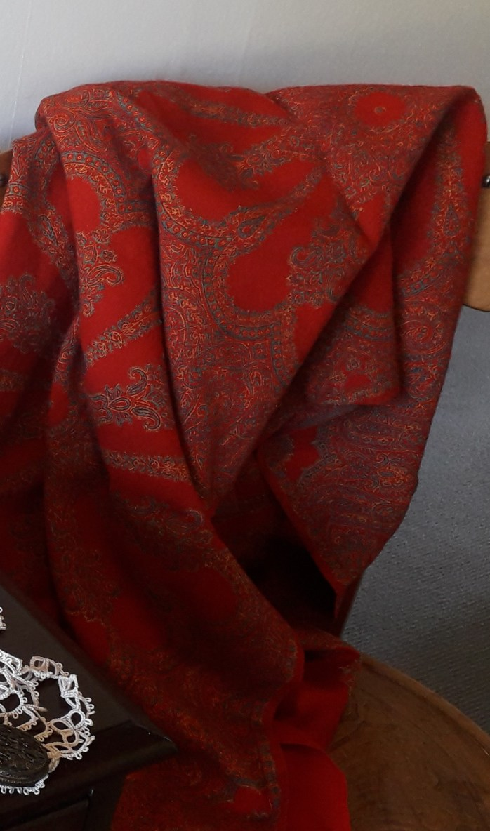 A light woolen shawl was a practical accesory.