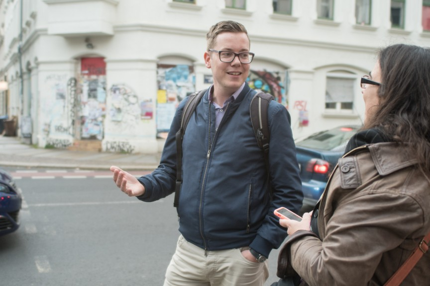 Martin Meißner and I chatting while walking around Reudnitz. (Photo: Stefan Hopf)