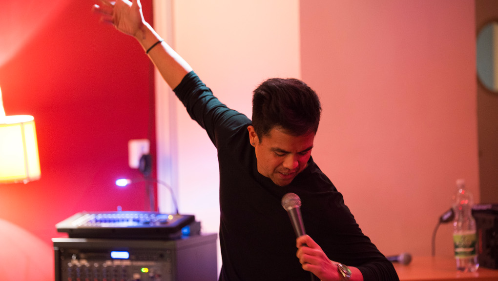 Shawn Segundo performs at LeipGlo's Cocktail Open Mic at Baileo, Leipzig, 2 February 2018. (Photo: Kate Hiller)