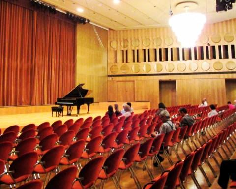 The Mendelssohn-Saal at Gewandhaus before the Ntokou piano recital's beginning, 5 May, 2018. (Photo: Maximilian Georg)