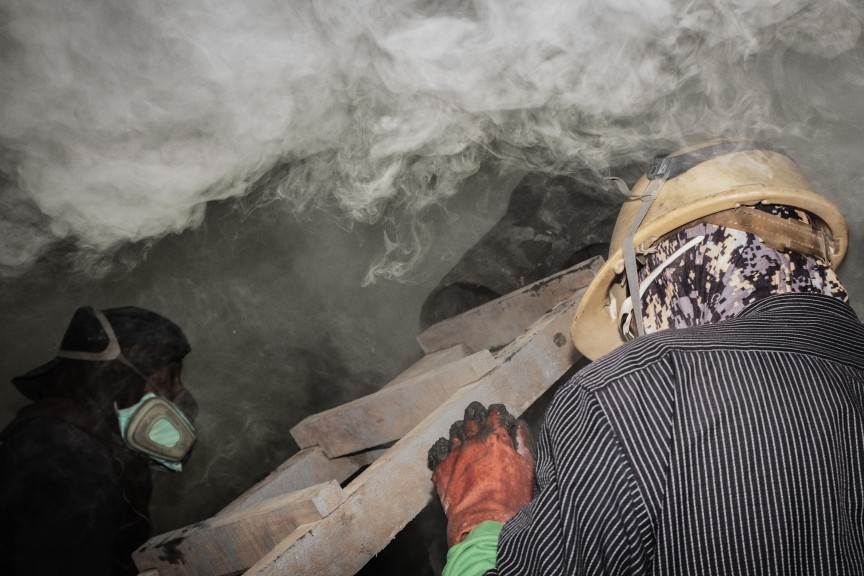 A snapshot of the dangers of sulfur mining at Ijen. (Photo © Sebastian Jacobitz)