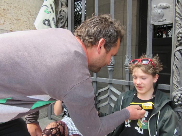 Christopher Zenker (SPD) frees a boy from Leipzig City Hall gate